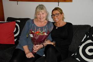 Berit Coox blev ordentligt överraskad när hon fick en vacker blomsterbukett av grannen och vännen Lotta Nykvist.
