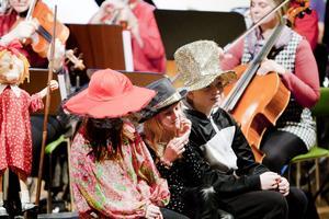 Skolkonserten på Aveny hämtade inspirationen från barnboksförfattaren Lennart Hellsings rim- och ramsor som lästes upp av kulturskolans färgglada elever.