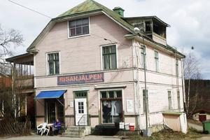 Svenska Frälsningsarméns second handbutik ligger i ett hus där fastighetsägaren, som finns i Stockholm, inte åtgärdat några brister alls.