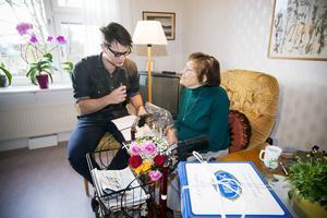 Inga Gustavsson, född 1909, fyller i dag 105 år. Hon bodde hemma och skötte sig själv till hon var 100 år. Nu bor hon sedan ungefär fem år tillbaka på ett äldreboende och stormtrivs.