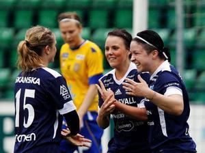 Julia Bhy, Linda Sjödin och Angelica Forsell har kramkalas efter 2–1 målet.