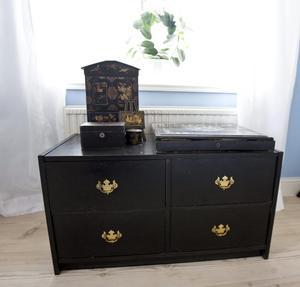 För att den gamla Ikeabyrån skulle passa in i sovrummet målade Kerstin den svart.