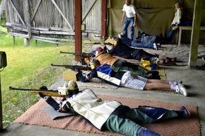 Skjutfantaster. Ett antal personer besökte under gårdagen det årliga Korpenskyttet.