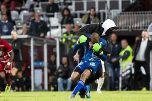 Aly Keita attackerades under gårdagens match mellan ÖFK och Jönköpings Södra.