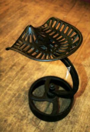 En av Fredrik Tehlins pallar, gjord av en gammal traktorsits.