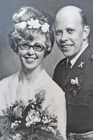 Berit hade vita blommor i håret och buketten och bar en klänning i råsiden när hon gifte sig med Anders 1967.