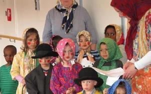 Barnen från förskolan Tallkotten och personalen sjunger på Norshöjdens äldreboende. FOTO: ILSE VORNANEN