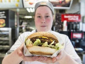 Grand de luxe cheese and bacon är en av de hamburgare som Tove Jacobsson tror att det kommer säljas mycket av under torsdagen.