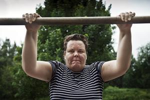 Spontan träning. Eva-Karin Jakobsson passade på att göra några armlyft innan hon fortsatte sin promenad.