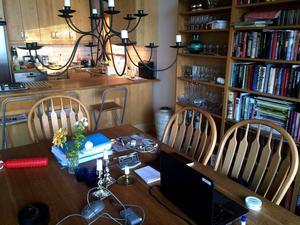 När man använder sitt matbord även som skrivbord så blir det extra viktigt att plocka i ordning varje dag så att det fortfarande känns som en trevlig matplats.