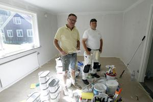 Nu är det hantverksjobb varenda helg för Janne Grattback, till vänster, och Morgan Liljeberg, till höger. Här målar de i en lägenhet på Svedlundsvägen i Hennan.