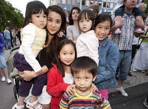 Systrarna Julia och Jennifer Phan, 14 och 8, vaktade (från vänster) 4-åriga Lisa, 8-åriga Quiynh, 3-åriga Victoria samt 5-årige Henrik.– Barnen tycker om musiken och dansar gärna i takt, säger Julia Phan.