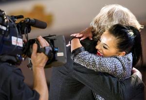 P J Samuelsson kände Kara sen tidigare och kom med i kören. Här gratulerar Kara med en kram.
