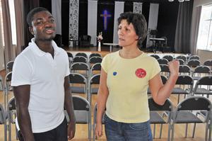 Simon och Judith är med i samma frikyrka. Hon brukar hjälpa honom och lagar ibland mat från Ghana.