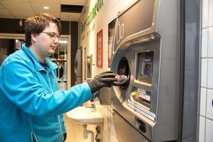 Dennis Jansson från Garpenberg är en av alla kunder som brukar panta på Hemköp i Hedemora.