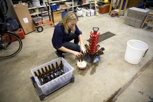 Ida som normalt jobbar på SEB konstaterar att det verkligen är ett helt annat jobb att producera öl i liten skala.