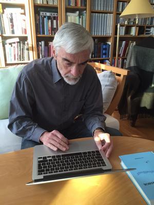 Lars Steensland, pensionerad professor har nu kommit ut med sin tionde bok om och på älvdalska. Nu är det Matteusevangeliet han översatt. Men fler och störrebokprojekt är på gång.