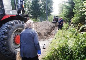 För att få ner kostnaderna har sex hushåll i Gammelsågen ordnat en stor del av arbetet med den nya vattenledningen på egen hand.