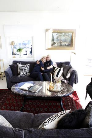 Åsa med sin dotter Louise. Kuddarna i sofforna är från Åsby och Tullhuset. Sofforna kommer från Mio. Bordet och tavlan i bakgrunden är arvegods.
