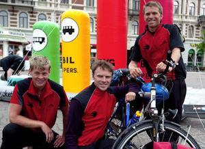 Oskar Berggren, Simon Grenholm och Anton Grenholm cyklar för att få ned Sveriges koldioxidutsläpp.