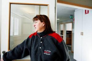 Rigmor Davidsson som är facklig representant på Husqvarnafabriken ser att det ljusnar i horisonten när det gäller efterfrågan på de produkter som tillverkas där.    Foto: Henrik Flygare