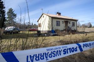 Ett hus i Långshyttan där en död person hittats i källaren. Huset ägs av Therese Palmkvist som varit försvunnen en tid. Åklagare upper att man tror att det kan vara hennes kvarlevor som hittats.