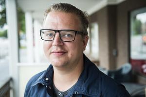 Robert Wiström från Örnsköldsvik jobbar tillsammans med den populära humorgruppen Småstadsliv, där han bland annat spelar karaktären