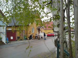 Polistekniker finkammade under tisdagen området vid det bekjutna huset.