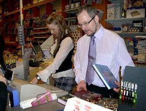 En lång arbetsdag blir det för Lina Olofsson och Jörgen Desén som jobbar i Dahlbergs bokhandel.