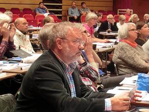 Socialdemokraterna lyssnar intensivt i debatten, närmast kameran regionrådet Robert Uitto.