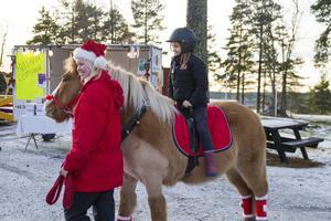 Isabelle Bunne, Hudiksvall vill rida och Sara Danielsson, Iggesund leder hästen.