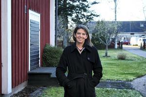 Kerstin Bohlin vid sitt hus i Olsbenning.