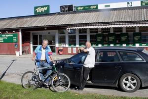 Pensionärerna Tord Lindkvist och Anders Fahlberg tror att valresultatet är en missnöjesyttring som har med indragna bussförbindelser, släckt vägbelysning och minskad service att göra.