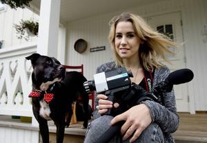 Emmelie använder ibland en gammal super 8-kamera när hon filmar. Här med hunden Dwight, för dagen iförd fluga.