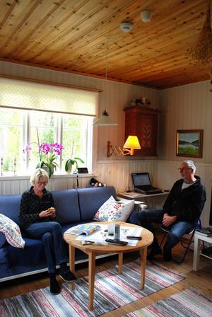 Inga-Lill Sköld Jogerheim kontrollerar täckningen på mobilen, det mobila bredbandet till datorn fungerar bra efter nästan två veckors driftsavbrott. När Rolf pratar i sin mobil låter det bitvis så dåligt att det knappt går att höra vad Rolf säger.
