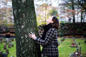 Charlotte Runius kan själv tänka sig att bli en del av ett träd, den dagen hon dör.