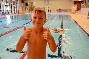 Skoj. Martin Karlsson, Snavlunda skola, trivs jättebra i simskolan.