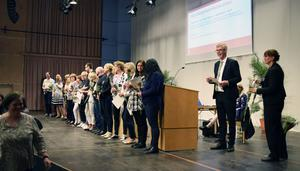 Landstingsråd Gunnar Barke och landstingsdirektör Karin Stikå Mjöberg prisar medarbetare.