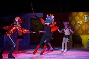 Kung Råtta med sin armé av små möss vill gnaga i sig Klaras hus. Men nötknäpparen går till försvar.