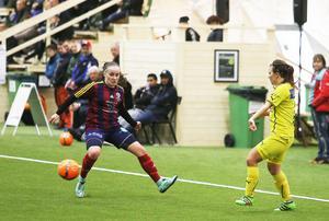 Arleena Paanalahti spelar på mittfältet i Selånger, här i träningsmatchen mot Ljusdal.