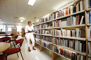 Karin Karlsbro gick själv på Rodengymnasiet på 1980-talet. – Skolbiblioteken är en viktig plats för framtiden och det är också en symbol för hela skolväsendet från förskola till högskola.