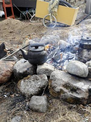 Kaffet kokas över öppen eld.