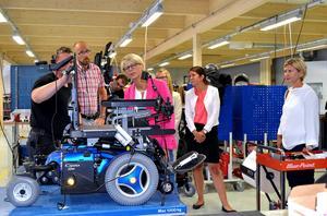 Magnus Norrbom på Permobil visade arbetsmarknadsministern hur han anpassar rullstolen efter varje enskild kund.