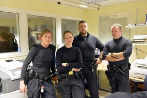 Vaktbyte för fyra av de sex nya poliserna i Sälen i vinter. Det är Anna Niss-Blomqvist och Ann-Kristin Westlund från Mora som gått av sitt pass medan Peter Fredriksson och Mikael Östberg från Borlänge gör sig redo att gå på passet. På bilden saknas Kerstin Nilsson, Ludvika och Jonas Alm, Mora.