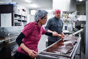 Innan Thomas och Elaine startade Mälarchocolaterie besökte de lyxiga chokladfabriker i Frankrike. Det är där de fortfarande hittar mycket av sin inspiration.
