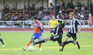Dido Hussein smäller in det första av sina två mål i derbyt mot Strand.