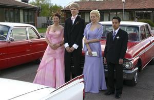 Festfina. Paulina Olander, Magnus Löf, Sofia Högström och Martin Fix ställde villigt upp för fotografering innan färden i de vräkiga bilarna tog dem vidare till balen i Tibble bystuga.