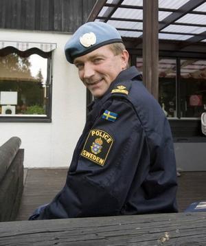 """Snabb utryckning. Normalt ska det gå                          tre år mellan missionerna, men det hann bara gå två innan Johan Månsson fick åka tillbaka till Kosovo. Anledningen var att FN-missionen skulle                               ersättas av EU-poliser. """"Men det kom inget beslut från EU, då fick politikerna kalla fötter och skickade ner utbildat folk direkt"""" berättar Johan Månsson."""