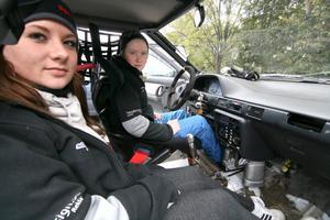 Tvillingsystrarna Michelle och Erika Söderman från Mora kör sin fjärde rallytävling i Nora. Nervöst tycker Michelle, medan Erika mest känner sig förväntansfull.