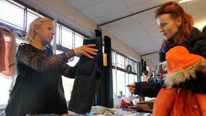 Annika Tranberg, passade på att bli av med sonens urvuxna kläder. -Oavsett om man säljer något så är man med och bidrar till något bra. En ros till arrangören Johanna Holm, säger hon.